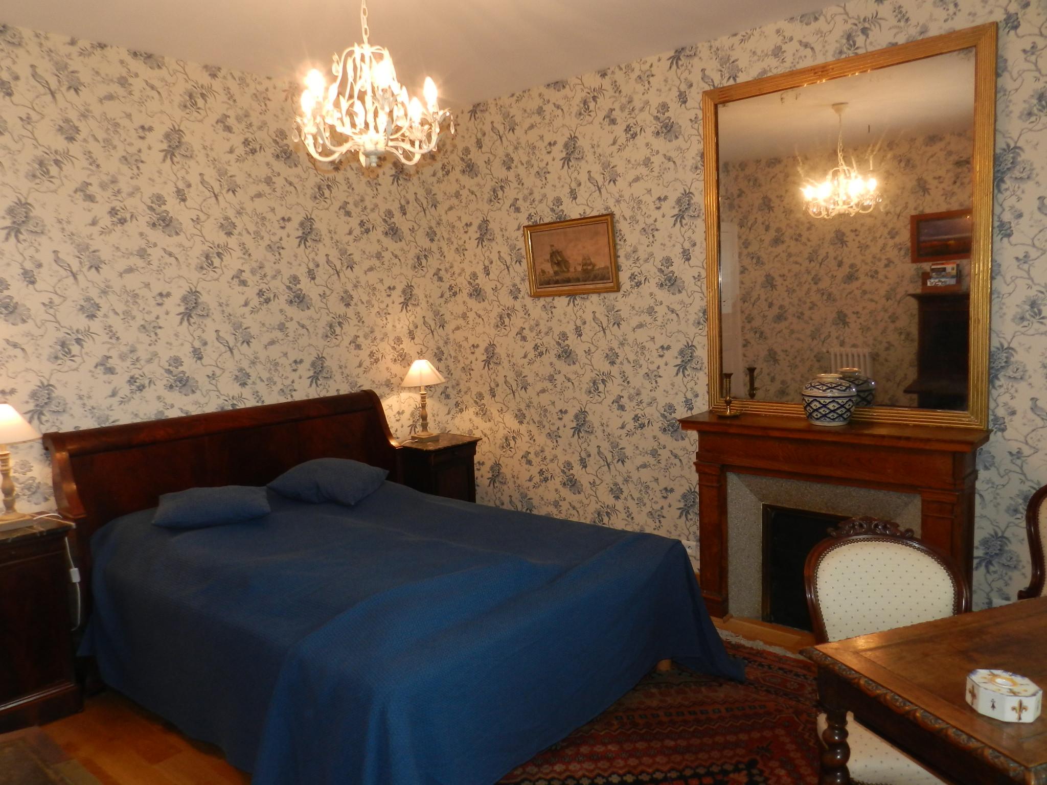 chambre bleue nuit une chambre bleue frenchy fancy chambre bleue 1 nuit pour 2 personnes. Black Bedroom Furniture Sets. Home Design Ideas